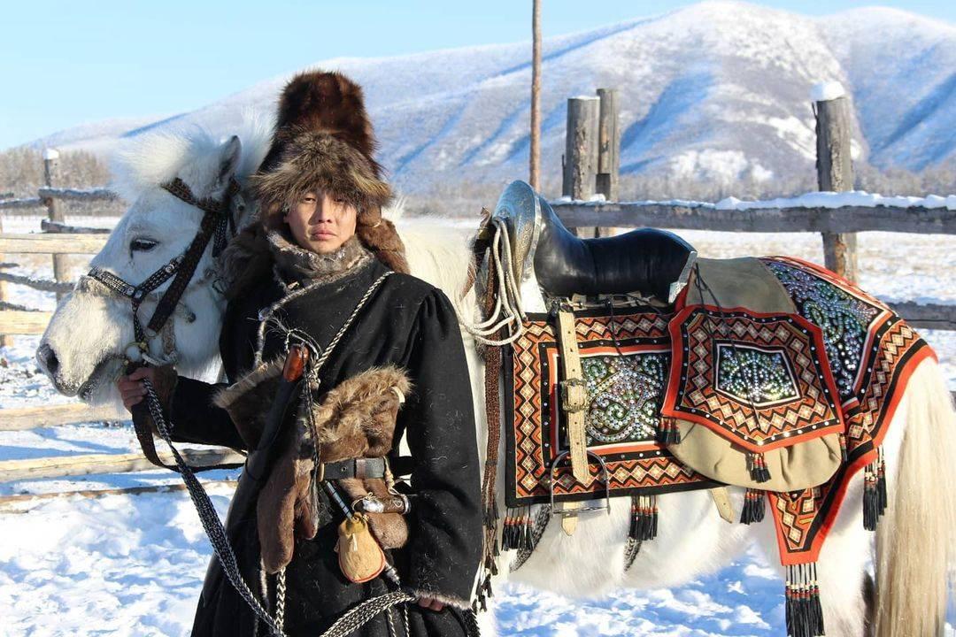 Двое оймяконцев отправились на лошадях в поход до Лондона